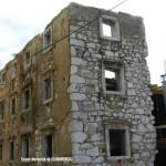 Dio kuće Pod kaštelom uklopljen je u novu zgradu koja je prema projektu arhitekta mirne duše mogla biti sagrađena i u nekom od riječkih novih naselja