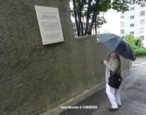 Zvonimir Kamenar, akad. kipar, autor spomenika Janku Polić Kamovu, pred spomen pločom Nikoli Poliću u Ulici Podvoljak 10 na Krimeji u Rijeci