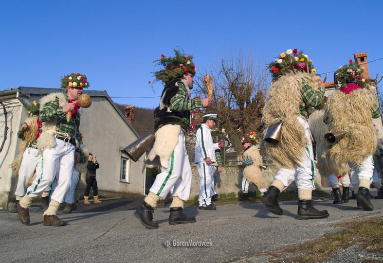 Zvončari iz Lipe u ophodu sela