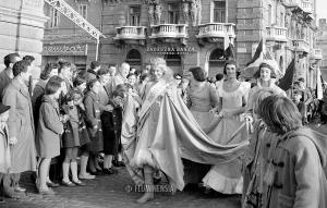 Mladići prerušeni u djevojke na maškarama u Rijeci 1960. godine. Snimio: Petar Grabovac