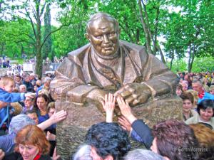 Spomenik papi Ivanu Pavlu II. na Trsatu izradio je akad. kipar Ante Jurkić