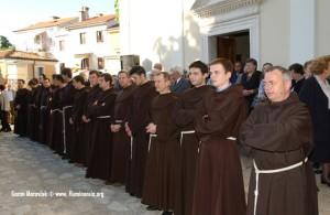 Trsatski franjevci pred crkvom Gospe Trsatske