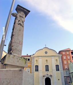 Kamani stup za gradsku zastavu s reljefom sv. Vida, stendardac, danas na trgu pred Municipijem i crkvom sv. Jeronima